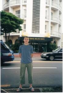Вл.Никифоров у гостиницы на острове Джеджу.