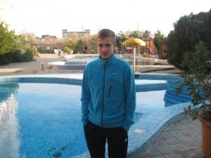 Дмитрий Лефанов у гостиницы в Анапе